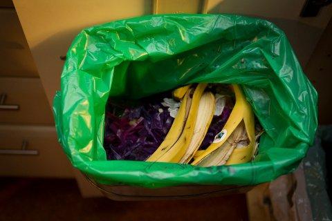 FÅR SNART SEPARAT BEHOLDER: For få sorterer matavfallet i grønn pose, derfor blir det innført egen dunk for matavfall i kommunene på Nedre Romerike.