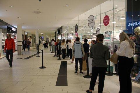 KØ: Noen av de mest populære butikkene fikk lange køer denne lørdagen.