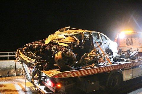 DRAPSFORSØK: Slik så personbilen ut etter det kraftige sammenstøtet med en tankbil på E18-brua over Langangen om kvelden den 24. august i fjor. Føreren av bilen ble hardt skadd. Foto: Arkivfoto: Theo Aasland Valen