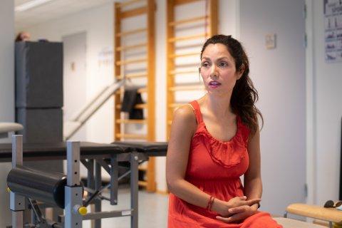 BLE SYK: Carla Maria Chavez Solis ble smittet av koronaviruset i november og ble svært dårlig. Hun fikk etter hvert hjelp av en fysioterapeut på grunn av problemer med svimmelhet.