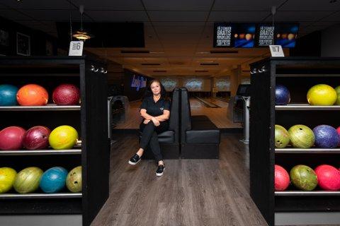 KLAR FOR ÅPNING: Bente Thorgrimsen, manager for Lucky Bowl Lørenskog, har vasket og gjort bowlinghallen på Metro klar for potensiell åpning.