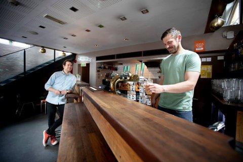 SATSER IGJEN: Bendik Olsen (t.v) og kameraten Martin Skogvold åpner sin tredje bar i Oslo.
