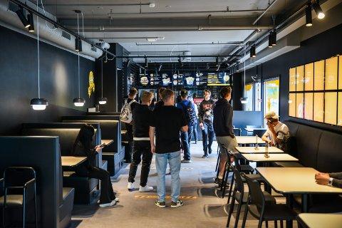 POPULÆRT: Torsdag åpnet spisestedet til en kø av nysgjerrige unge kunder. Dagen etter måtte Fly Chicken stenge tidligere enn det som var planlagt. Foto: Remi Presttun