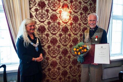 Rolf S. Grundesen ble tildelt Kongens Fortjenestemedalje av ordfører Anne Rygh Pedersen i Tønsberg.