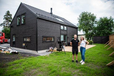 Kjæresteparet fra Rælingen ville ta det neste steget i forholdet, nemlig å bygge hus sammen: – Det er noe spesielt med å eie sitt eget, sier Jeanette Kristine Gromsrud.