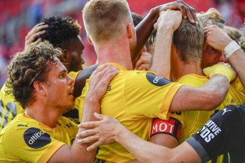 SENTRAL: Tobias Svendsen sto bakerst i gratulasjonskøen da Thomas Lehne Olsens mål ble feiret, men han var sentral i jakten på 1-1. BEGGE FOTO: NTB SCANPIX