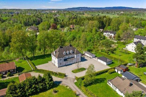 Prakteiendommen er lagt ut til salgs for 14,9 millioner kroner. Huset er fra 1917 og har storslått arkitektur og herskapelig interiør.