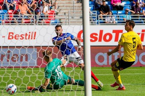 Reduserer: Aron Dønnum setter 1-2 forbi Mads Christiansen.  23-åringen fra Eidsvoll leverte en enorm andre omgang.