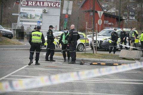 KNIVSTIKKING: Politiet rykket ut med store styrker i forbindelse med knivstikkingen på Fjellhamar stasjon.