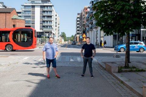 KREVER OPPLYSNING: Lokalpolitiker i Lillestrøm Glenn Due-Sørensen (Høyre) og lokalbeboer Magnus Hasmo etterlyser informasjon om endringene i krysset mellom Storgata og Parkalléen i Lillestrøm sentrum.