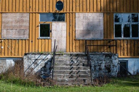 Igjenspikrede vinduer og generelt forfall preger leiren.