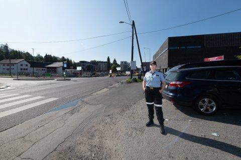HER STO VITNET: Majlen Kleven, etterforsker i Øst politidistrikt, viser hvor vitnet som nå etterlyses av politiet, sto om kvelden 13. juli da det ble avfyrt skudd i dette krysset.