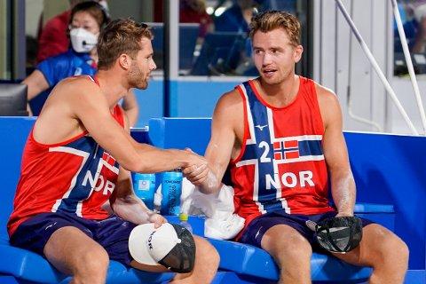 Anders Mol og Christian Sørum før åpningskampen i sandvolleyball under gruppespillet mellom Norge og Australia i Shiokaze Park under OL i Tokyo lørdag kveld.