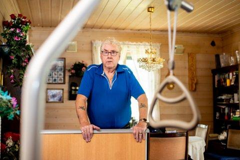 FRUSTRERT: Thore Martin Enerud bristet håndledd og hofte, fikk store blåmerker og sprakk milten. Likevel har han måttet hjelpe den enda mer skadde samboeren med dobesøk, vask og stell. – Jeg ringte kommunen og ba om hjelp, men ingen kom.