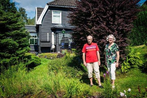 VEMODIG: – Det er vemodig å flytte, men vi går inn i en ny fase av livet der en lettstelt leilighet appellerer mer enn 250 kvadratmeter pluss hage, sier Tove og Ben Hokke.