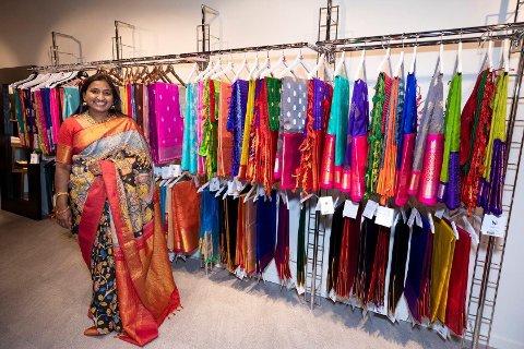 Samatha Neerupudi store ønske var å tilby sarier i ekte, håndvevd silke. Nå er butikken på Strømmen åpnet.