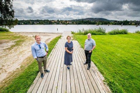 HAR EN PLAN: – Ny bru over Glomma skal stå ferdig høsten 2028, sier Helge Orten (f.v.), Tone W. Trøen og Kjartan Berland.
