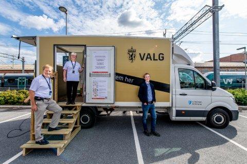 Her ønsker valgmedarbeiderne Jan Olav Haugen og Inger Hagberg folk velkommen til det mobile stemmelokalet til Lillestrøm kommune. De fikk besøk av varaordfører Thor Grosås (Sp).