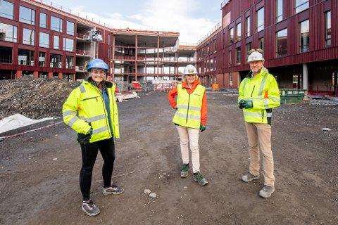 FORNØYDE: Assisterende prosjektleder Maiken Veium Schatvet og prosjektleder Steen Blach Sørensen står på hver sin side av Janicke Grønvold, som er avdelingsleder for Lørenskog kommune. Alle er godt fornøyde med fremgangen på prosjektet.