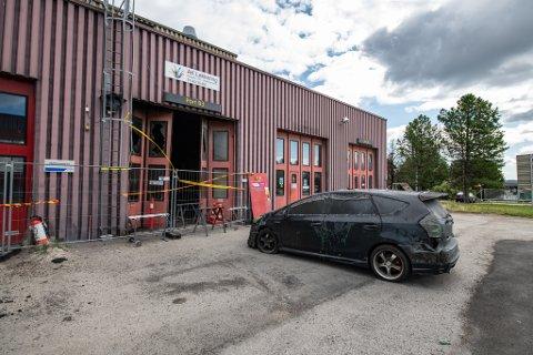 TOTALSKADD: Både lakkeringsverkstedet og bilen som sto inne i bygget er totalskadet etter brannen forrige uke.