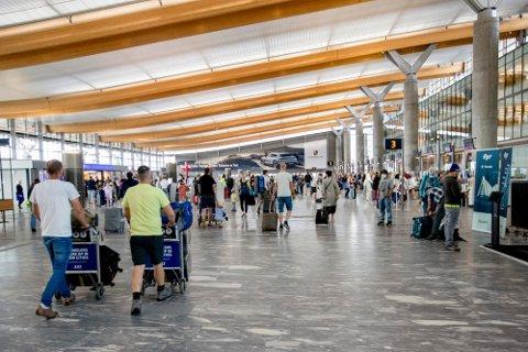 ØKNING FRA 2020: Tall fra Avinor viser en økning i antall reisende fra sommeren i fjor. Passasjertall og flytrafikk er likevel et stykke unna normaltrafikken før pandemien.
