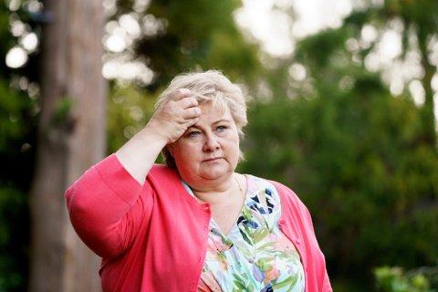 HODEBRY: Meningsmålingene har ikke gått statsminister Erna Solbergs vei i sommer, og avstanden til de rødgrønne partiene har blitt større. Foto: (NTB scanpix)