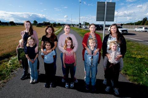Mødrene Wendy Fjeldstad (t.v), Trifa Ostadi, Julie L. Øiseth, Jeanette H. Haugen og Camilla N. Samuelsen er bekymret for skoleveien til barna Isabell (t.v), Daniel, Helin, Pernille, Matheo og Nathalie.
