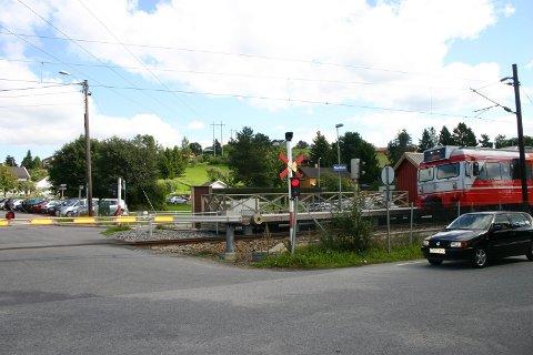 SAMME ÅSTED: VYs konduktører sliter med å komme seg med eget tog på Nedrum stasjon.