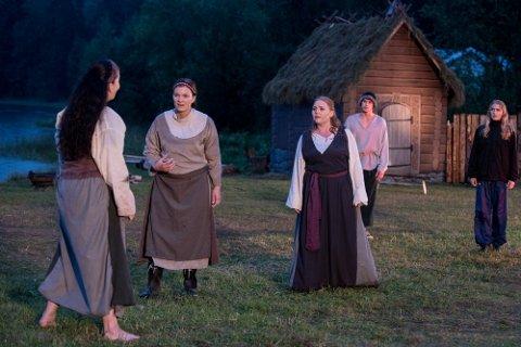 Rundt 40 skuespillere i Romerike friteater er klare for å ta i mot publikum når den tiende oppsetningen av Limaspillet skal spilles. Bildet er tatt under en tidligere oppsetning.