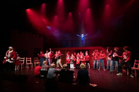 """Lillestrøm Folketeater har 38 skuespillere med på scenen i """"Billy Elliot"""", som nå må utsettes etter smitteutbrudd."""