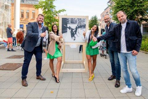 Her er Vita og Wanda Mashadi avbildet ved portrettet av dem selv, som nå er plassert utenfor Strømmen sparebank. Fotograf Ronny Østens (t.h), ordfører Jørgen Vik og markedsansvarlig Dan Borgersen i Strømmen sparebank var også på plass.