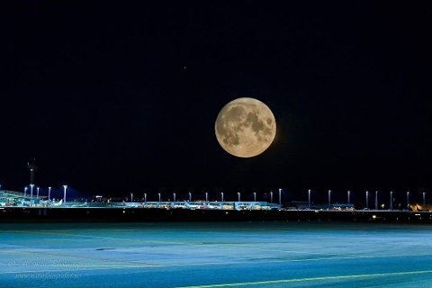 Fotovinner uke 34 og vinner for august: Her har fotografen visst hvor han skal stå for å få bilde av månen. Den runde formen til månen skaper en fin harmoni med de harde linjene på Oslo Lufthavn Gardermoen. Veldig bra!