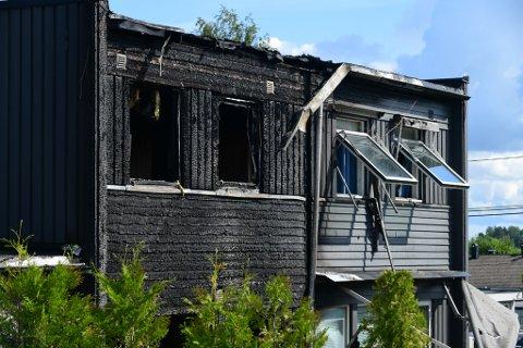 I RUINER: Boligen som brant og hvor en person omkom på Skedsmokorset tirsdag kveld.