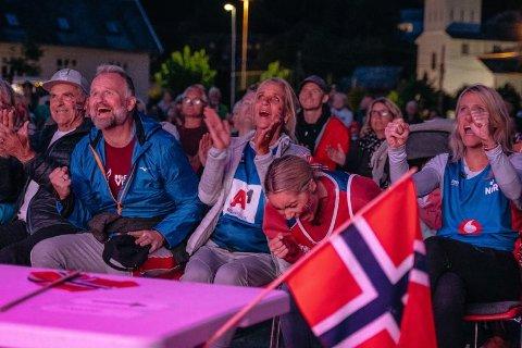 SEIER: Slik så det ut da hele bygda Strandvik samlet seg foran storskjermen for å se Christian Sørum og makkeren Anders Mol knuse russerne i sandvolleyball.