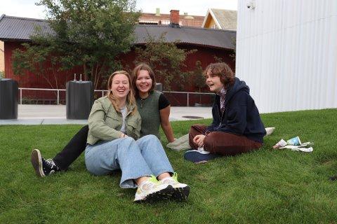 HOLDER HUMØRET OPPE: Fra venstre: Astrid Lund, Oda Husby og June Kanestrøm føler ikke på at de økende smittetallene begrenser dem, men de frykter at skolene må stenge ned igjen.