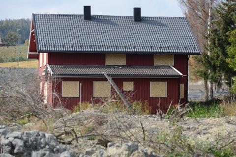 SIKRET: Dører og vinduer i det røde huset er nå sikret med plater.