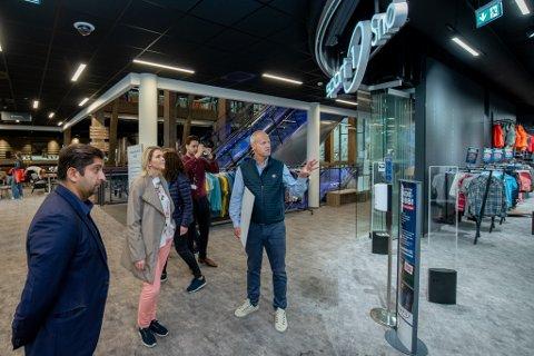 FIKK OMVISNING: Frp-leder Sylvi Listhaug var imponert av innendørsanlegget i Lørenskog. Lørdag fikk hun en omvisning av Snøporten-direktør Erik Hammer. Til venstre står stortingsrepresentant Himanshu Gulati.