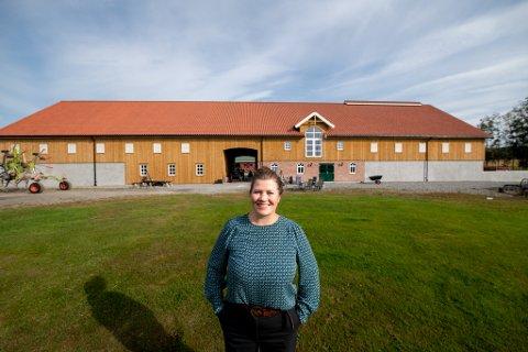 Lara Dystland forteller at hun og mannen lenge har hatt en drøm om å åpne gården mer for turisme. Nå er den i ferd med å realiseres.