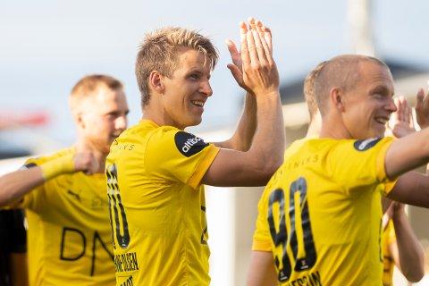 TO MÅL: Thomas Lehne Olsen applauderer til supporterne etter å ha scoret to mål mot Haugesund i juni. Senere ble han fratatt det ene målet. Nå har han fått det tilbake.
