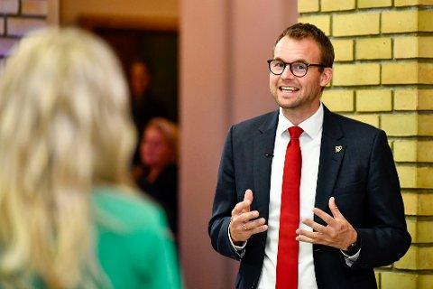 KrF-leder Kjell Ingolf Ropstad under partilederdebatten i Stortingets vandrehall valgnatten.