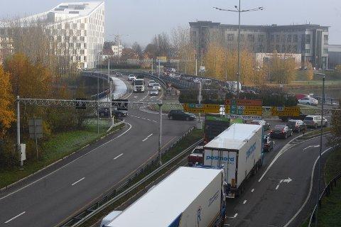 OFTE KØ: Inn mot Lillestrøm står det ofte tett trafikk. Nå ønsker kommunen at du skal gi andre fremkomstmidler en sjanse.