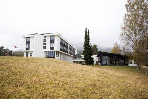 STENGT FOR FOLK: Hurdalsjøen hotell holdes stengt for alle som ikke har noe med regjeringssonderingene å gjøre. Derfor får ikke det glade paret gifte seg