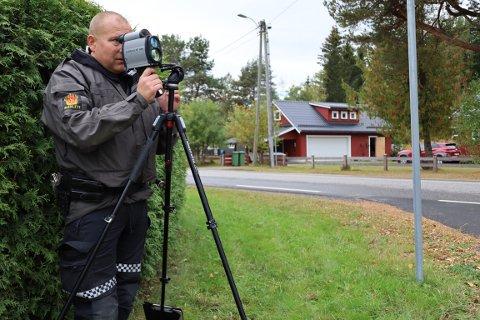 KONTROLL: UP stilte seg opp langs Olaløkka på Sand i Ullensaker fredag ettermiddag. UP-leder Ante Klemetsen er ikke overrasket over at det ga resultater.