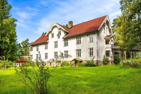 SOLGT: Eiendommen består av et stort hus med 13 soverom og en tomt på 15,9 mål. Nå er den solgt.