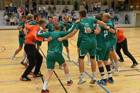 JUBEL: Fjellhammer-gutta kunne nok en gang slippe jubelen løs etter en sterk seier i Rema 1000-ligaen. Her er de etter seieren mot Drammen i serieåpningen.