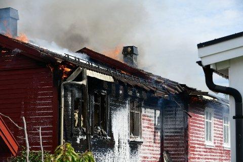 FULL FYR: Tirsdag brant det i en leilighet i en tomannsbolig på Skjetten. Brannen spredt seg videre til loftet i naboleiligheten. Ingen personer oppholdt seg i leilighetene da brannen startet.