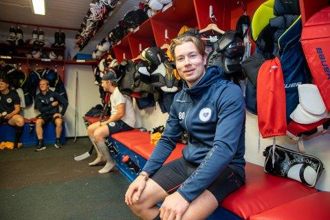 Ny posisjon: Simen Nielsen brukte drøyt ti år på å gå fra å være Lørenskog-garderobens desidert yngste, til å bli den eldste spilleren. 26-åringen synes hockeytilværelsen er langt mer meningsfylt nå.