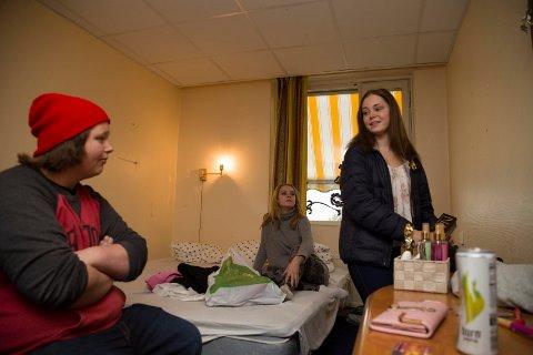STENGES: Finn Rene Åmodt, Sigrid Nordhagen og Marie Berg kan ikke annet enn å pakke sammen, og rydde rommene. Innen torsdag må alt være tomt.