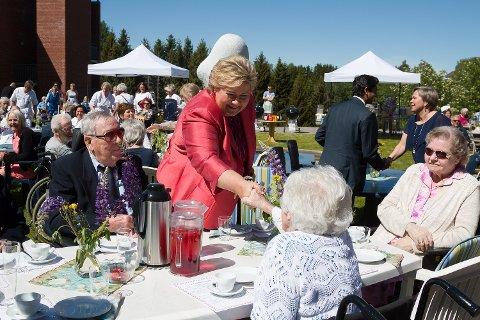 STORFINT BESØK: Det var ikke fritt for at Bjarne Bjørk, May Molly Larsen og Solveig Jørgensen gruet seg litt for møtet med statsminister Erna Solberg. Alle syntes likevel det ble et hyggelig møte i etterkant.