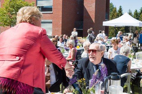 HYGGELIG MØTE: Statsminster Erna Solberg hilser hjertlig på Bjarne Bjørk som har fått Solberg til bords.